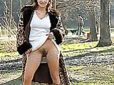 Lampeggiante Foto Hairy Pussy di Hot Milf in parco pubblico