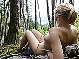 Fotos desnudas de la mujer al aire libre en los Bosques