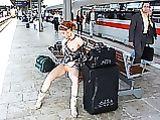 Chica Red Headed en imágenes Coño intermitente en la estación de tren